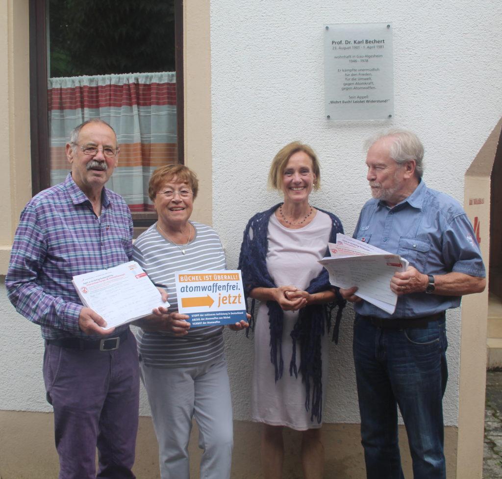 Bild (Heino Junker) Frau Heidi Kassai (ICAN) nahm dankend das Ergebnis der Unterschriftenaktion in Empfang, das von den SBi-Vorstandsmitgliedern Klaus Leibenath, Christa Loesch-Goldschmidt und Günter Frey präsentiert wurde.
