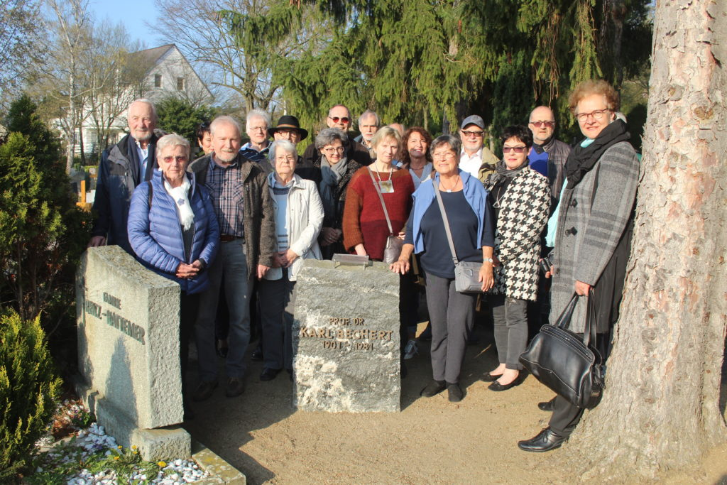 Die Gäste trafen sich am Karl-Bechert-Gedenkstein auf dem Friedhof. Bild: Günter Frey
