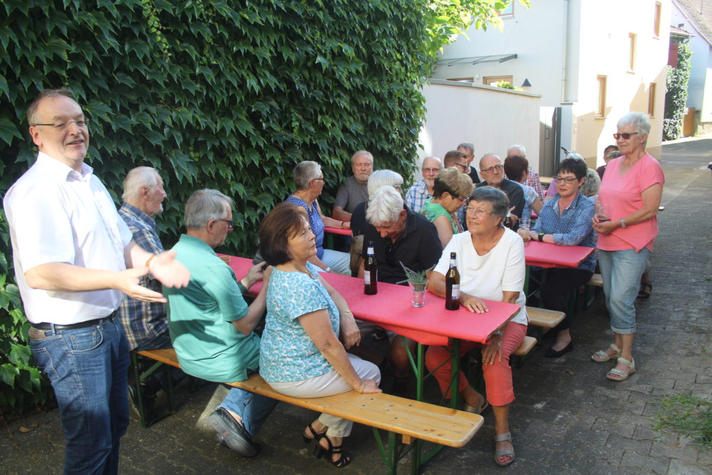 SPD-Ortsvereinsvorsitzender Dr. Rolf Meier begrüßt die gut gelaunten Gäste des Sommerfestes