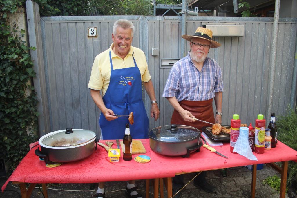 """Die """"Grillmeister"""" Robert Zinn und Peter Mackert bruzzeln leckere Steaks und herzhafte Würstchen"""