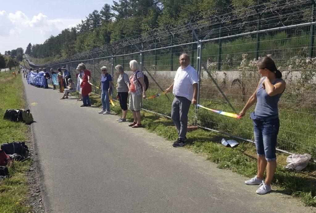 Die SBi-Gruppe reihte sich in die von zahlreichen Friedensinitiativen aus der ganzen Bundesrepublik ein und bildete gemeinsam mit 800 Teilnehmer(innen) eine drei Kilometer lange Menschenkette entlang des Sicherheitszauns.